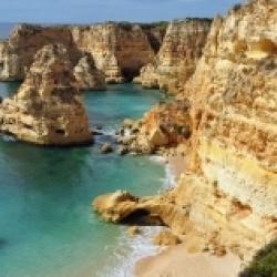 Marinha, uma praia costeira típica da região do Algarve.
