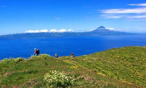 Montanha do Pico (ao fundo), no arquipélago dos Açores, o ponto mais alto do país.
